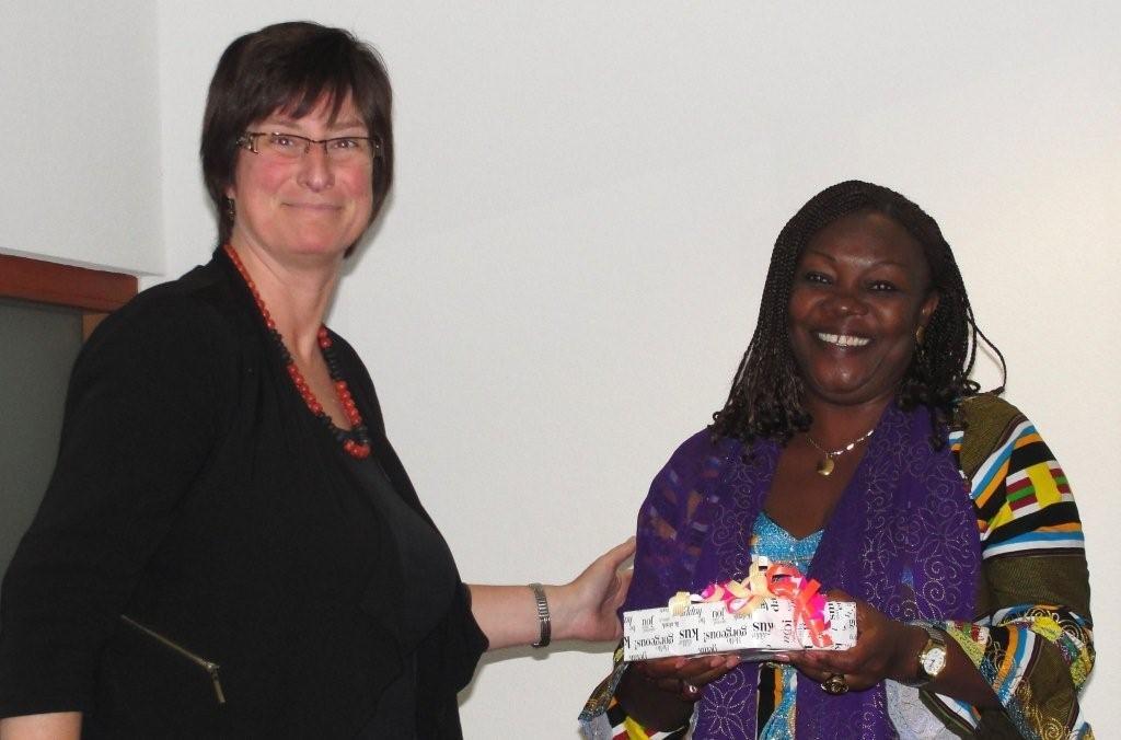 Karin van den Broeke en Justina Mike Ngwobia uit Nigeria