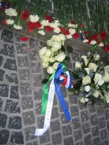 OJCM legt bloemen 5 mei 2015