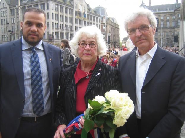 Joden christenen en moslims leggen samen bloemen op 4 mei 2015