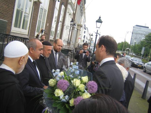 OJCM legt bloemen bij Libanese en Turkse ambassade